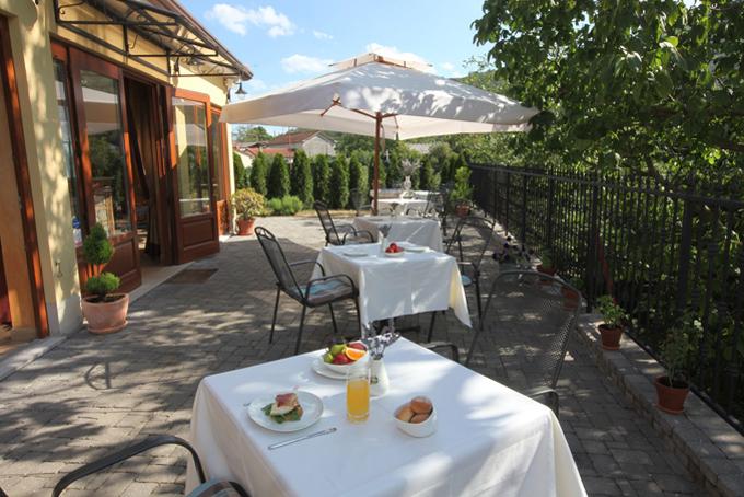 originalno-darilo-oddih-Vila Stancija-zajtrk na terasi_680X454